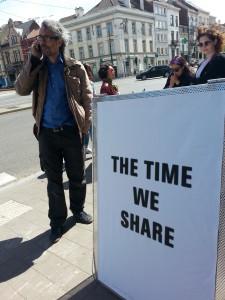 Kollege Prof. Jens Brand telefonierend vor dem Wiels in Brüssel