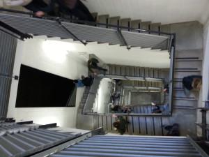u. a. StudentInnen im Treppenhaus des Wiels in Brüssel.